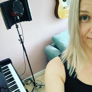 Tykkään mun olohuoneesta! On pelit ja vehkeet, kotistudio ja kaapelikaaos.  Jään tänne! 🤩❣️ • Ps: Perustetaanks bändi? 😎 • Pps: Kyllä! On myös uudet hiukset! 🤓 • #kotistudio #musiikki #spiikkeri #näyttelijä