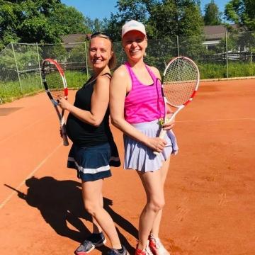 Tennis, kesä ja paras seura @sallulip 🎾🌼❣️ • #kesäjuttuja #lomaakohti